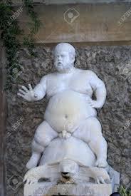 Statua del dio romano sileno sella a una tartaruga nel giardino di