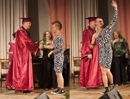 Выпускник БГЭУ пришел на вручение диплома в женском платье  Выпускник БГЭУ пришел на вручение диплома в женском платье