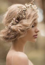 Simple White Floral Crown Hair Make Up Coiffure