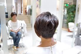 毛流れによってハネてしまうくせ毛を活かしたアシンメトリなショート