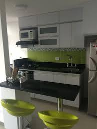 Cocina Moderna Colores Predominantes: Blanco Y Verde Limón Con Contraste  Negro Y Gris