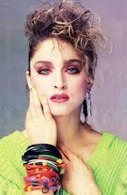 80er jahre mode neonfarben armbaender viele toupiert haar schminke madonna