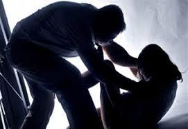 Kẻ bệnh hoạn đuổi theo xe nữ sinh cướp tài sản rồi hiếp dâm