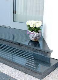 Auch die oberflächenbearbeitung und die stärke haben einen einfluss auf den preis. Eingangspodest Aus Granit Eingangstreppe Granit Mit Trittstreifen Eingang Treppe Eingangstreppe Aussentreppe