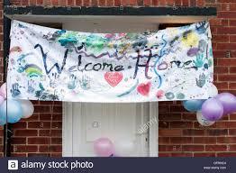 Welcome Home Banner Schwebt über Einer Haustür Stockfoto Bild