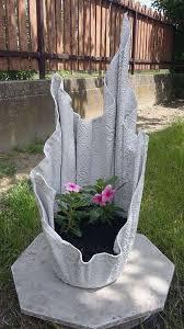 Você pode fazer seu próprio vaso com dois recipientes e algumas ferramentas. Aprenda A Fazer Vasos De Cimento Para Suas Plantas Almeida Materiais