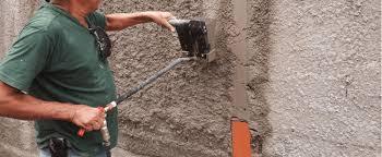 Caso a textura da parede seja de alto relevo, será necessário aplicar várias demãos de massa corrida, o que pode comprometer a estética da parede e o seu nivelamento, deixando o aspecto grosseiro. Muro Chapiscado 25 Projetos E Dicas De Como Pintar