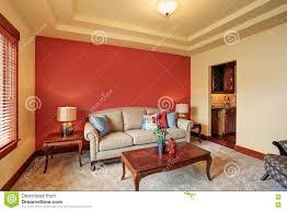 Gemütliches Wohnzimmer Mit Antikem Beige Sofa Und Roter Wand
