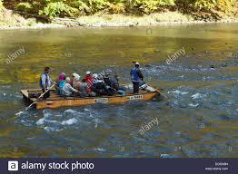 Rafting sul tradizionale, zattere di legno attraverso Dunajec River Gorge,  il Pieniny mountains, Polonia / Slovacchia Foto stock - Alamy