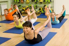 una sesión de bikram yoga supone un trabajo directo sobre nuestro cuerpo pues en los noventa minutos que suelen durar estas sesiones se trabaja