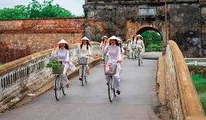 Con người thanh nhã, xứ sở hạnh phúc - huetourism.gov.vn