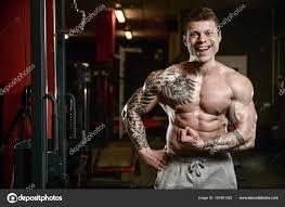 Silný A Krásný Sportovní Mladé Tetování Muž Se Svaly Stock