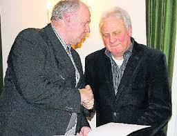 Georg Flesch (l.), Vorsitzender des Feuerwehrverbandes Merzig-Wadern, überreichte Ehrenurkunde und Ehrenmedaille an Peter Ludwig, der 20 Jahren in der ... - 3021262_0_a3425ca7