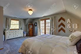 Ruhiges Schlafzimmer Mit Schräger Decke Und Türen Zum Schönen Deck