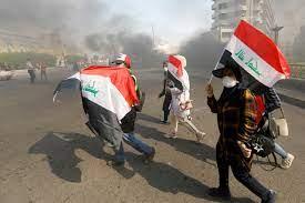 المتظاهرون رفعوا علم العراق وأنزلوا علم إيران عن قنصلية طهران بكربلاء
