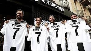 Juventus Turin - Hälfte der Ablöse wieder drin: Ronaldo-Trikotverkauf geht  durch die Decke - Eurosport
