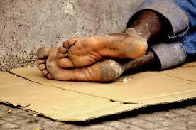 Resultado de imagem para mendigo solitário