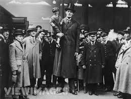 """7'10"""" tall Dutch Albert Kramer with his 2'10"""" tall brother in law. :  OldSchoolCool"""