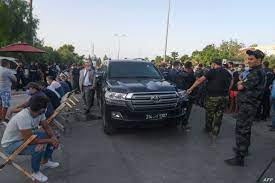 تونس.. الغنوشي يعتصم داخل سيارته أمام البرلمان ومناوشات بين مؤيدين ومعارضين