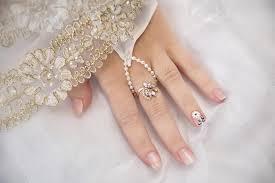Na Straně Svatební Manikúry A Zlaté Krajky Stock Fotografie