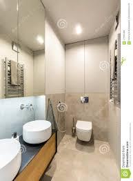 Keramische Waschbecken Und Toilette In Einem Modernen Fantastischen