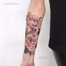 женская цветная татуировкана руке в стиле графика дотворк лайнворк