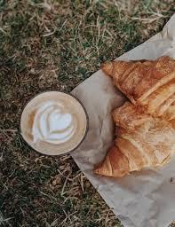 En serio, no me puedo presentar con uno blanco y otro café. What Is A Spanish Latte Jayarr Coffee Chocolate Bars Gift Fresh Roasted Coffee Coffee Recipes