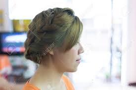 Femme Longue Tresse Coiffure Créative Mariée Coiffure Dans Un Salon De Beauté
