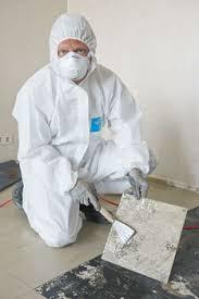 Lɪˈnəʊliəm]) ist ein von dem englischen chemiker frederick walton 1860 entwickelter faserverstärkter kunststoff. Zehntausende Wohnungen Mussen Von Der Altlast Befreit Werden Achtung Asbest Berliner Mieterverein E V
