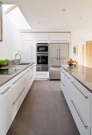 los colores claros siguen siendo los preferidos cuando se trata de una cocina pequeña o estrecha o ocurre en este caso muebles en color blanco para