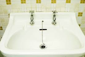 repairing worn porcelain sinks and bathtubs