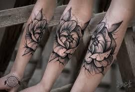 цветок на предплечье в стиле графика фото татуировок