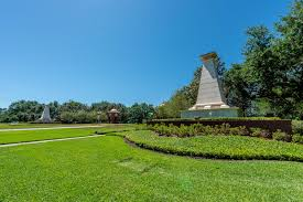 winter garden fl independence signature lakes community sign is a pyramid like shaped wall surrounded by lush