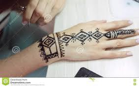 татуировка хны на руках женщин видеоматериал видео насчитывающей