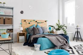 Geräumiges Schlafzimmer Mit Moderner Einrichtung Mit Natürlichen