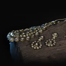 large dazzling uncut diamonds set in 22k gold give an antique look to this jewellery set pair it with matching earrings to create an unforgettable