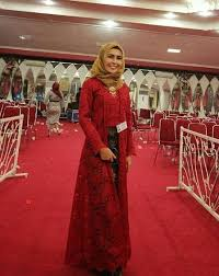 Selama itu pula, ragam koleksi kebaya dan kain indonesia tercipta dari tangan dinginnya. 75 Model Kebaya Brokat Muslim Modern Terbaru 2020