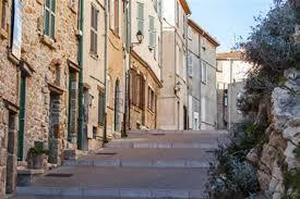maisons dans une ruelle du vieil antibes paca