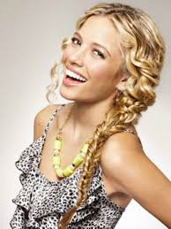 22 Totally Pretty 10-Minute Hairstyles for Curly Hair | Babble