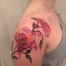 цветы мака в красках тату на плече у девушки добавлено иван