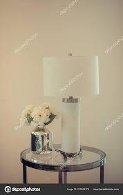 Klassieke Witte Lamp Met Vaas Van Planten Kant Van Ronde Stockfoto