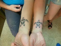 татуировка для двоих на запястье у парня и девушки черепаха фото