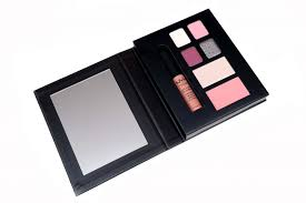the nyx professional makeup city set london 2 0 uses a magnet to hold the cover in place opening the set like a book reveals a nice large mirror on the