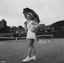 Italian professional tennis player Lea Pericoli pictured holding an... Foto  di attualità - Getty Images