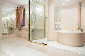 Zwei Große Spiegel In Riesigen Luxus Badezimmer Lizenzfreie Fotos
