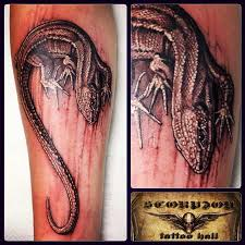 татуировки ящерица в стиле реализм черно серая предплечье каталог