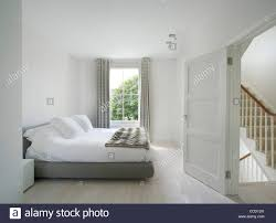 Minimalistisches Schlafzimmer Stockfotos Minimalistisches