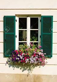 Blumenkasten Auf Das Haus Fenster Mit Grünen Fensterläden österreich
