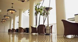 Informal green wall indoors Homegram Sunlight Warms Elegant Yet Informal Seating On The International Terrace Inventarchitects Event Venues The Beverly Hilton