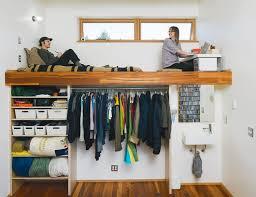 13 un nuevo ejemplo de un dormitorio a lo alto en este caso se trata de una vivienda en la que vive una pareja joven en este espacio además de la cama